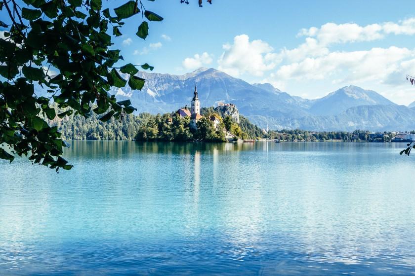 Die Insel im See erreicht man nur per Boot oder wenn man es sich zutraut, könnte man theoretisch auch hin schwimmen.