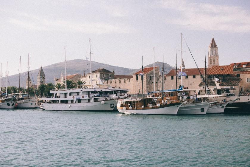 Die Altstadt von Trogir: Große und kleine Segelschiffe liegen vor Anker.