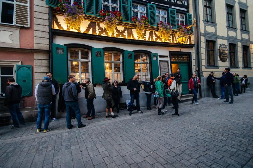 Ein Brauhaus in Bamberg. Die durstigen Menschen stehen davor.