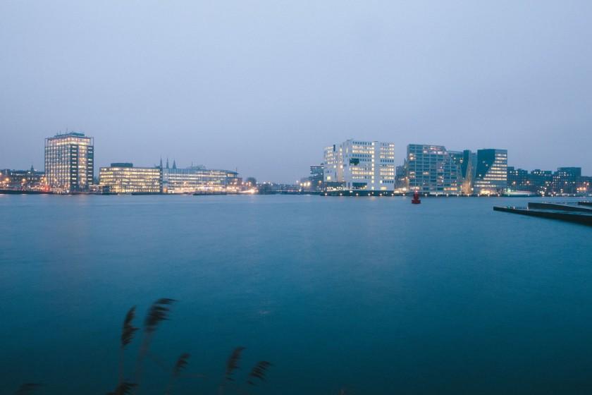 Blick auf das moderne Amsterdam über den IJ Kanal.