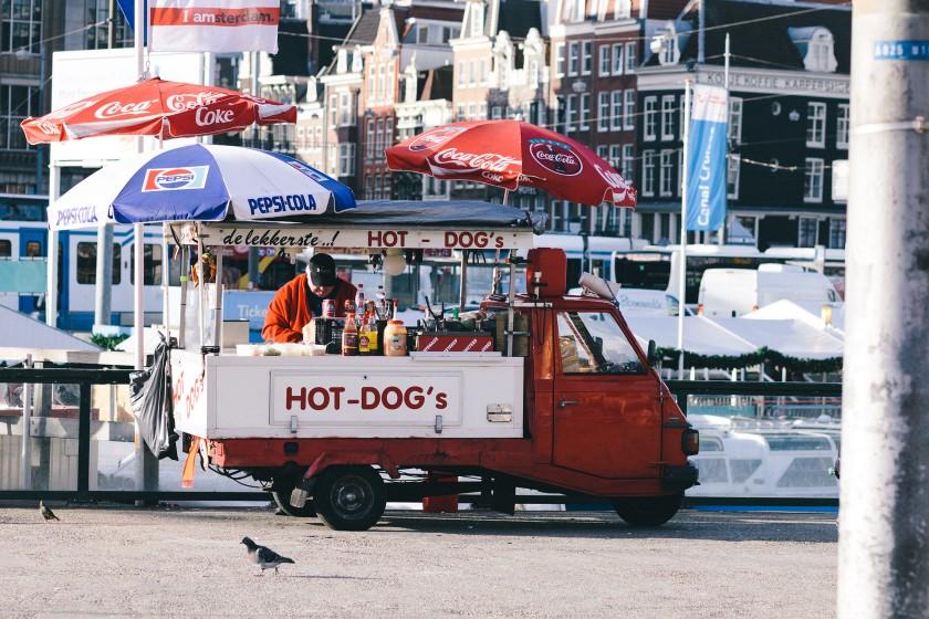 Hot-Dog's am Hauptbahnhof Amsterdam.
