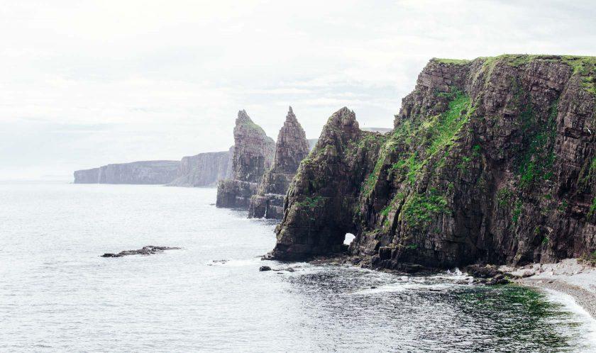 Duncansby Head ist die Nordostspitze von Schottland. Spektakulär ist Duncansby Head vor allem wegen seiner zerklüfteten Felsformationen und Felsnadeln, den so genannten Duncansby Stacks.