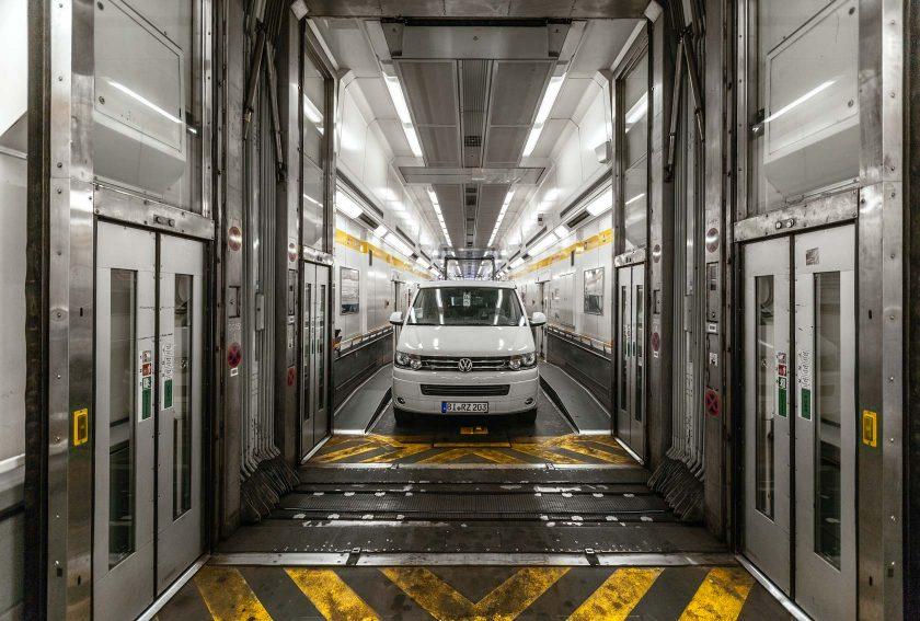 Der Bulli im Eurotunnel Zug. Die Waggons sind schon ziemlich geräumig zumindest für Pkws über 1,85 Meter.