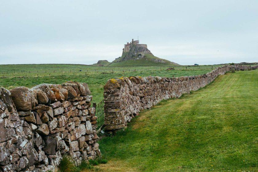 Das Lindisfarne Castle auf Holy Island, eine Gezeiteninsel in der Nordsee.
