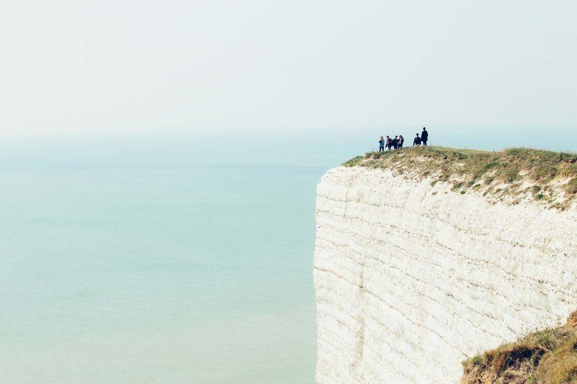 Es geht verdammt steil nach unten an den Kreidefelsen der Sussex Heritage Coast.