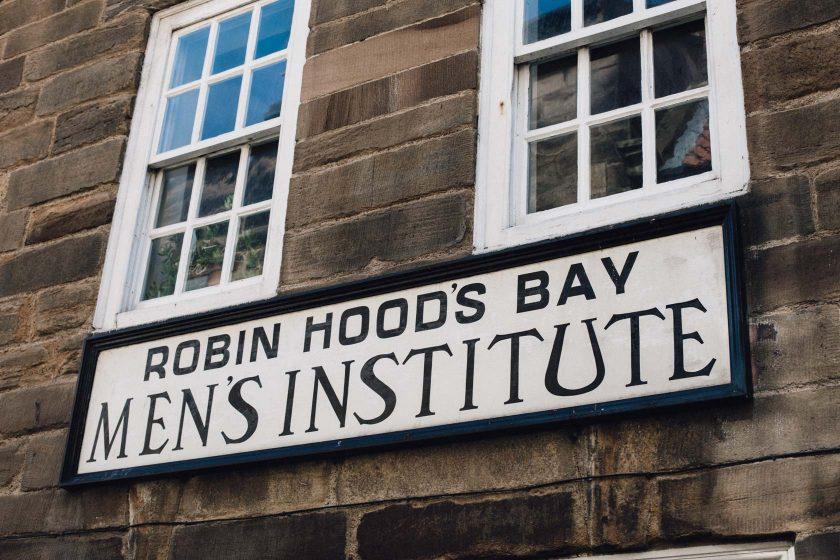 Robin Hood's Bay Men's Institute – ich kann mir leider keinen Reim darauf machen was sich hinter diesen Fenstern verbergen mag.