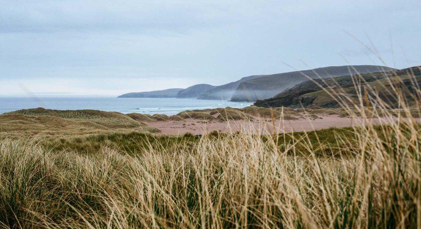 Die Sandwood Bay ist eine Bucht an der äußersten Nordwestküste von Schottland. Sie ist bekannt für ihren kilometerlangen Strand und einer spektakulären Felsnadel im Meer. (Wikipedia)