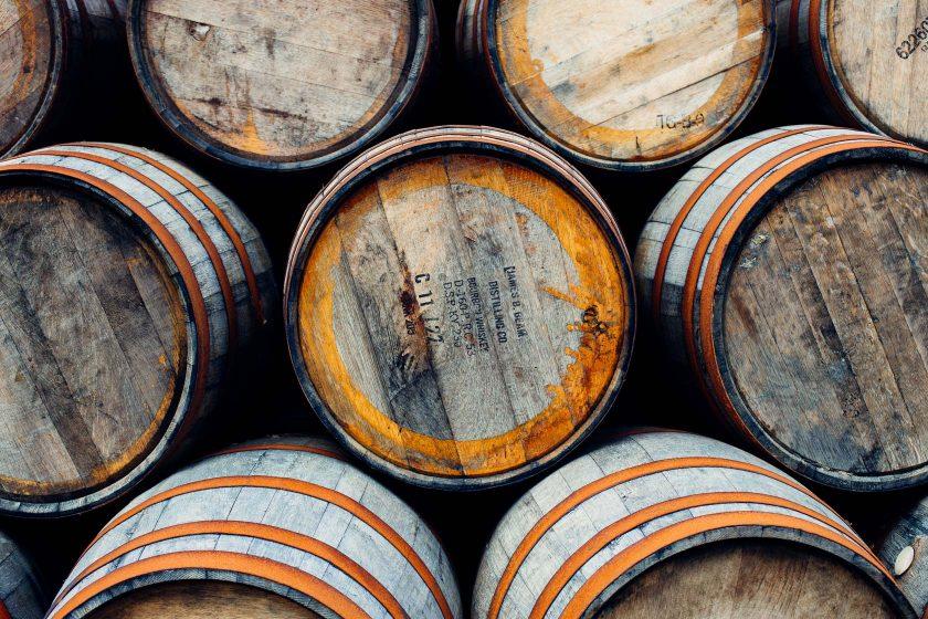 In der Nähe von Dufftown kommen wir an einer Firma vorbei die Whiskyfässer herstellt: Es liegen tausende übereinander gestapelt auf dem Gelände.