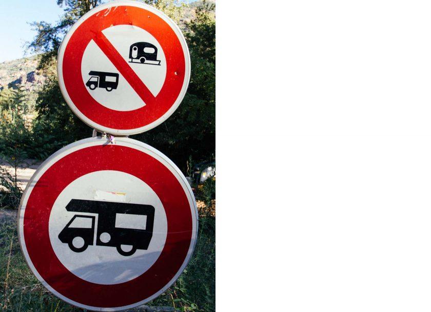 Camping verboten! Von diesen Schildern stehen leider viel zu viele auf Korsika.