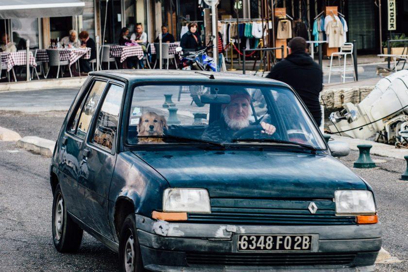 Ein Corse, so heißen hier die Einheimischen, in seinem Renault 5 und seinem Hund.