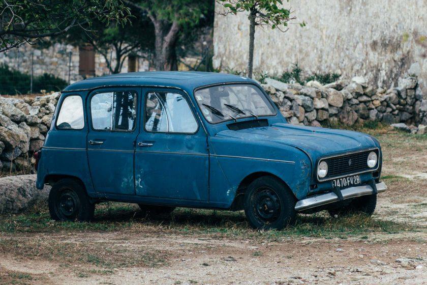 Ein alter, blauer Renault 4