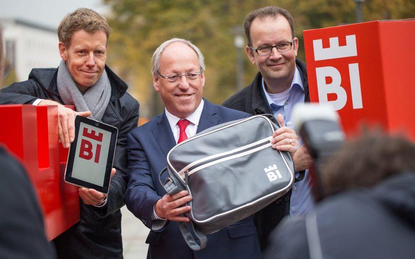 Marc Detering (l.), Geschäftsführer deteringdesign, Bielefelds Oberbürgermeister Pit Clausen (Mitte) und Martin Knabenreich (r.), Geschäftsführer Bielefeld Marketing, präsentieren das neue Logo der Presse.