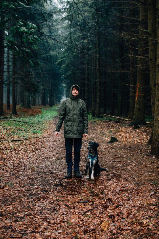 Philipp und Hund Kirby im Holter Wald