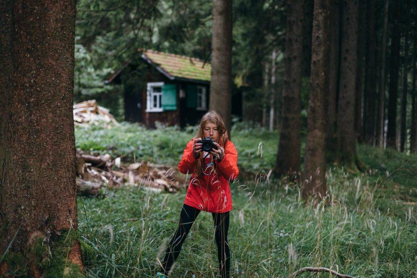Am Morgen gehen wir noch eine Runde im Wald spazieren und finden diese putzige Hütte im Hintergrund.