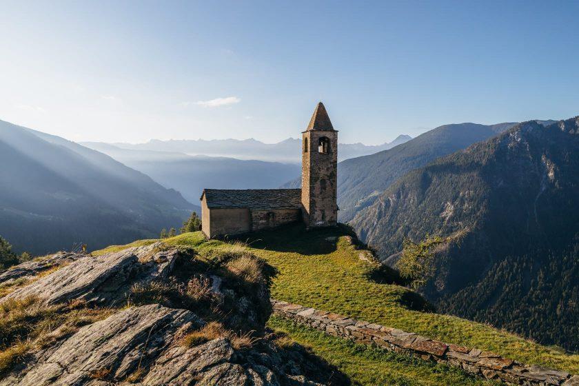 Die Kirche San Romairo hoch oben in den Schweizer Bergen.