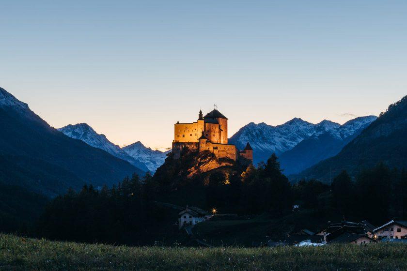 Schloss Tarasp in Abendstimmung.