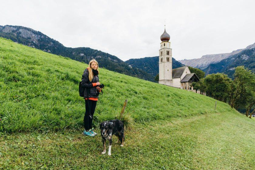 Völs am Schlern: kleine Kapelle vor Bergkulisse.