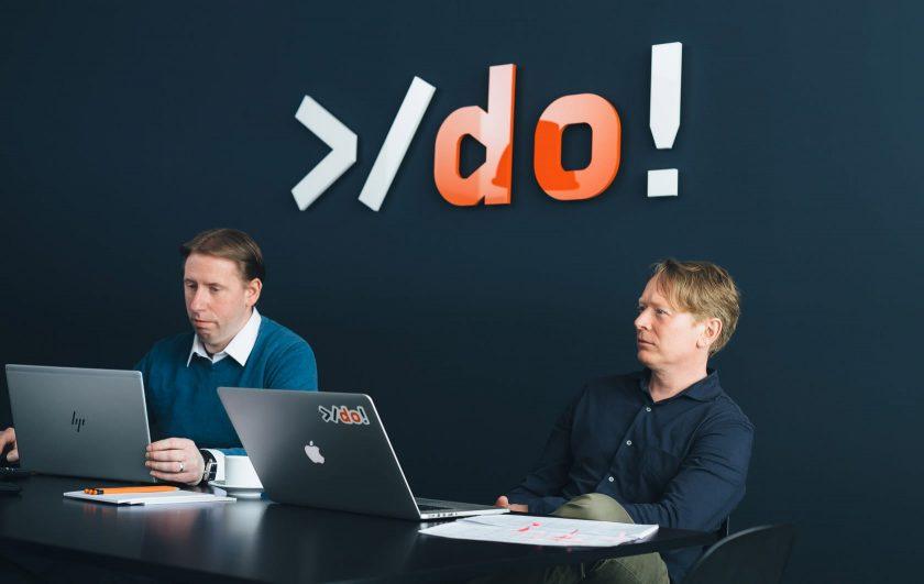 Zwei Männer sitzen bei einer Besprechung im Büro der Digitalen Offensive